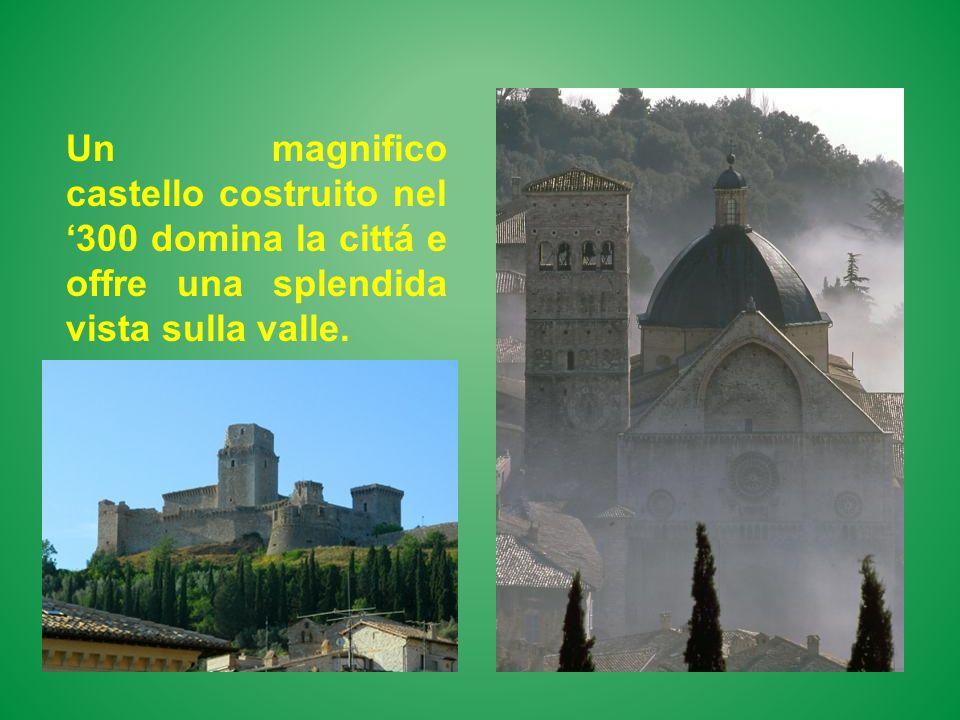 Un magnifico castello costruito nel 300 domina la cittá e offre una splendida vista sulla valle.