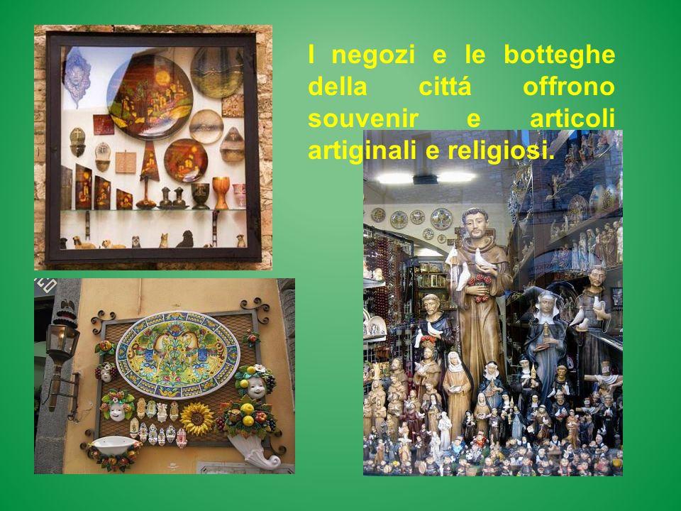 I negozi e le botteghe della cittá offrono souvenir e articoli artiginali e religiosi.