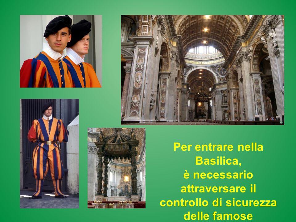 Per entrare nella Basilica, è necessario attraversare il controllo di sicurezza delle famose guardie svizzere.