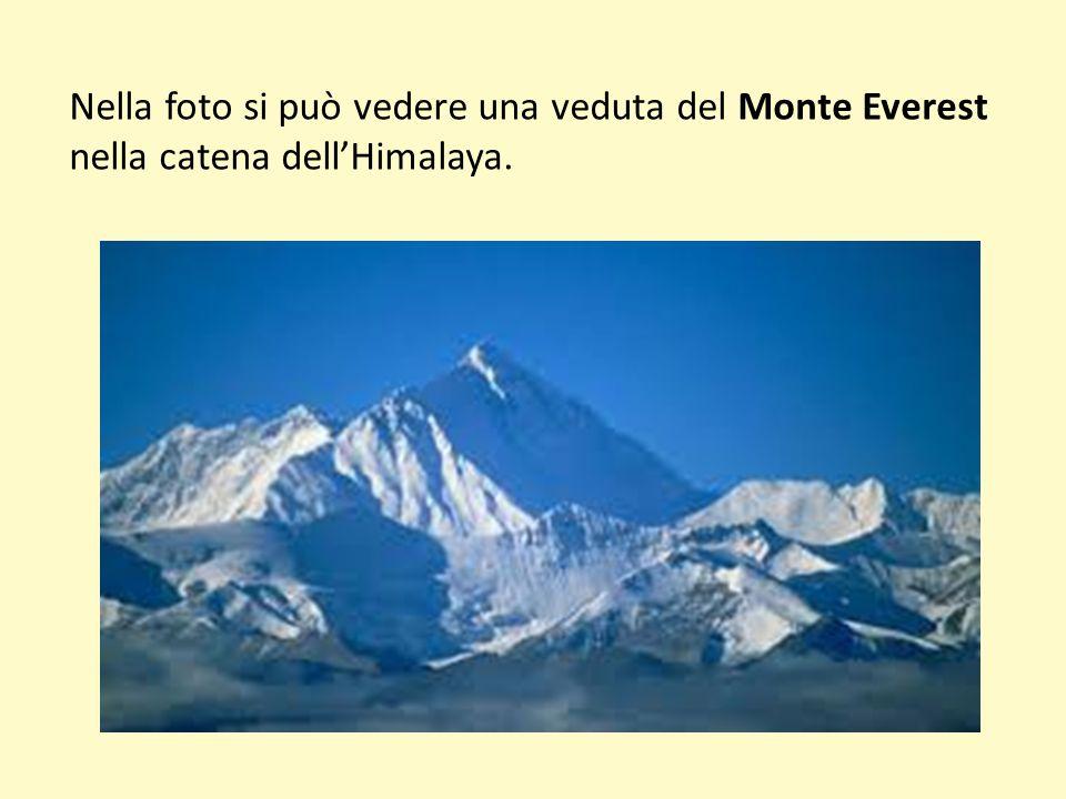 Nella foto si può vedere una veduta del Monte Everest nella catena dellHimalaya.