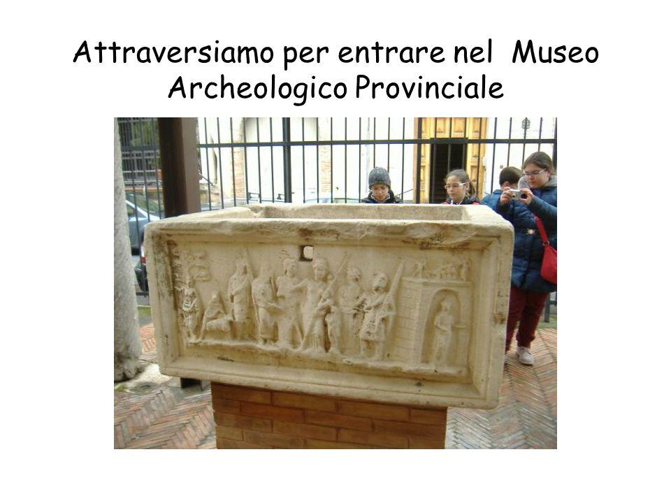 Prima di entrare la maestra ci spiega qualcosa del Lapidario e poi facciamo un giro tra le statue
