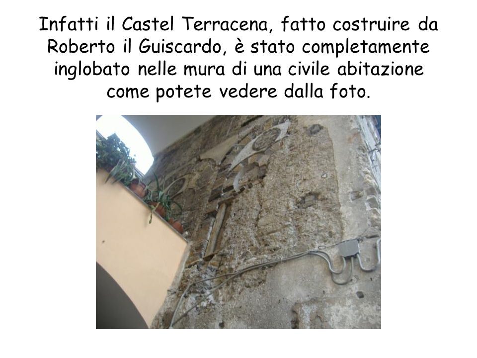 Riprende a piovere perciò ascoltiamo la spiegazione dei due templi romani, di cui abbiamo dei resti, al riparo sotto larco che porta al Duomo