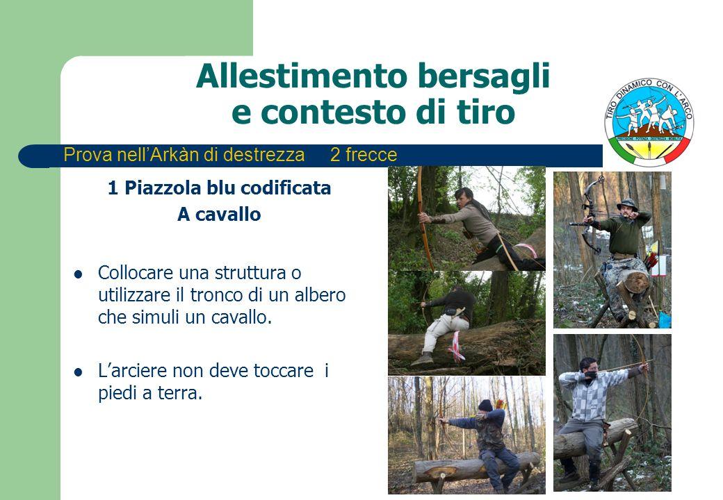 Allestimento bersagli e contesto di tiro 1 Piazzola blu codificata A cavallo Collocare una struttura o utilizzare il tronco di un albero che simuli un cavallo.