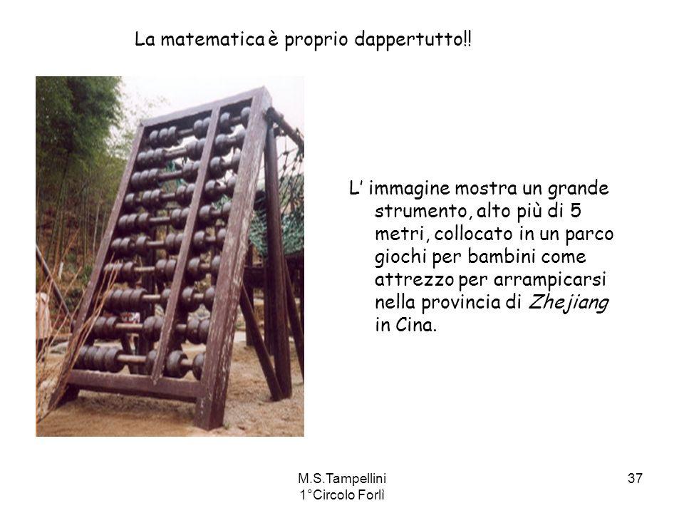 M.S.Tampellini 1°Circolo Forlì 37 L immagine mostra un grande strumento, alto più di 5 metri, collocato in un parco giochi per bambini come attrezzo p