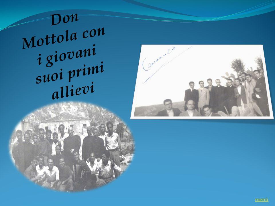 Don Mottola con i giovani suoi primi allievi menù