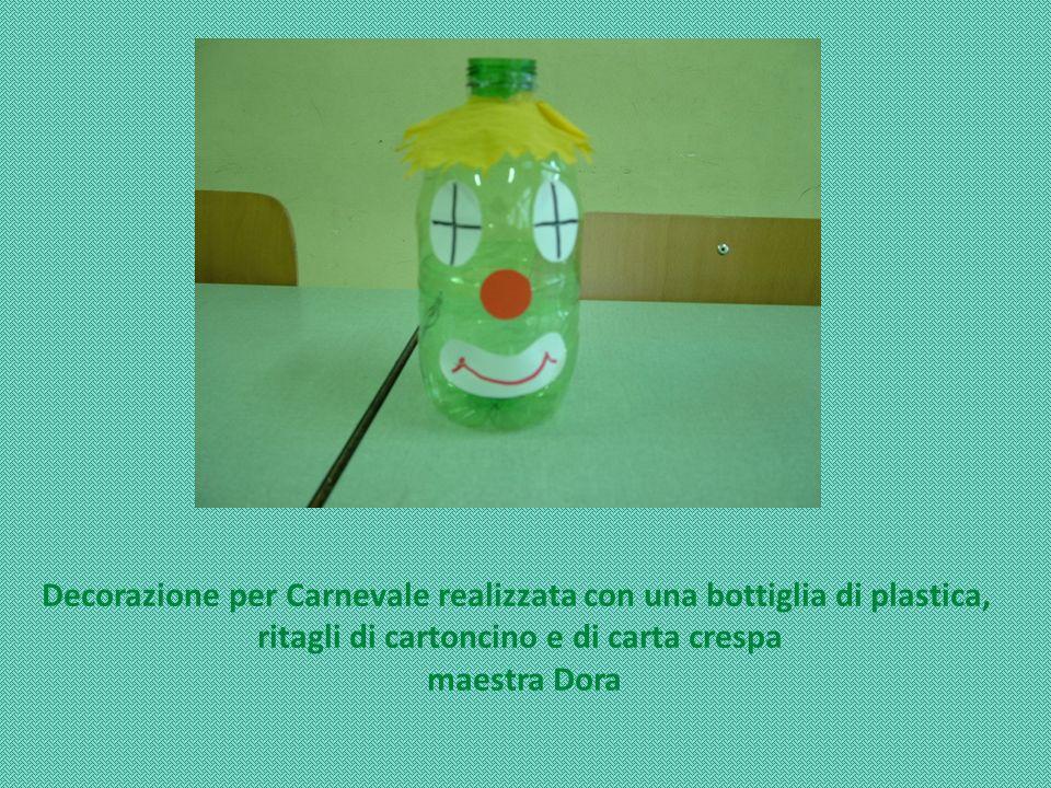 Decorazione per Carnevale realizzata con una bottiglia di plastica, ritagli di cartoncino e di carta crespa maestra Dora