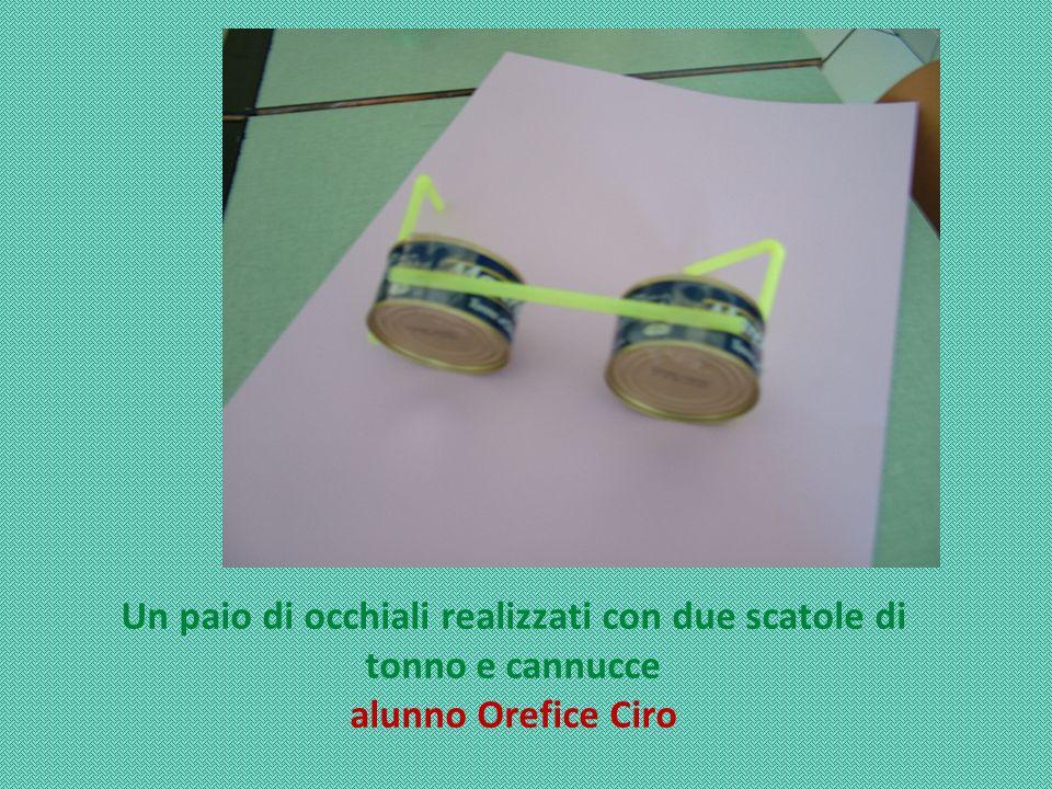 Un paio di occhiali realizzati con due scatole di tonno e cannucce alunno Orefice Ciro