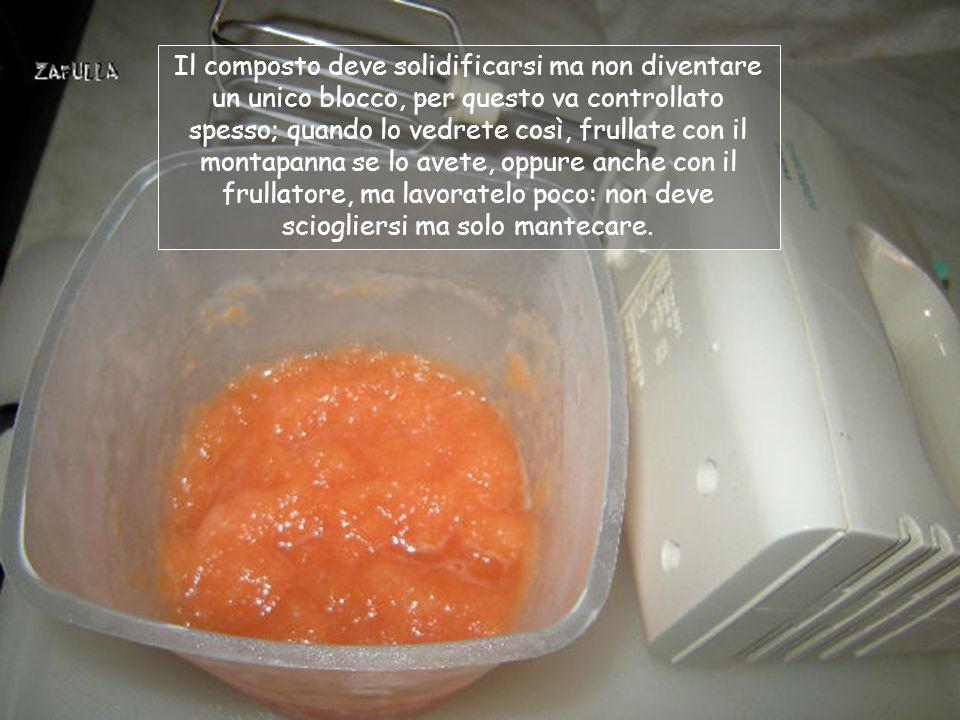 1- frullate insieme il melone e il liquido con lagar agar, se avete deciso di aggiungerla; 2- usate un frullatore norma- le o uno ad immersione; 3 – trasferite il composto in un contenitore di plastica e mette- telo in frigo, nello scomparto del ghiaccio o in freezer; 4- ogni mezzora e per due/ tre volte, rimestate e rimet- tete nel freezer;
