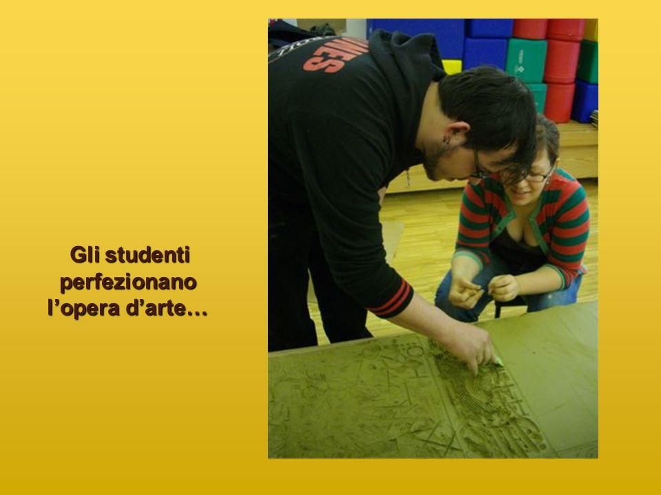 Gli studenti perfezionano lopera darte… Gli studenti perfezionano lopera darte…