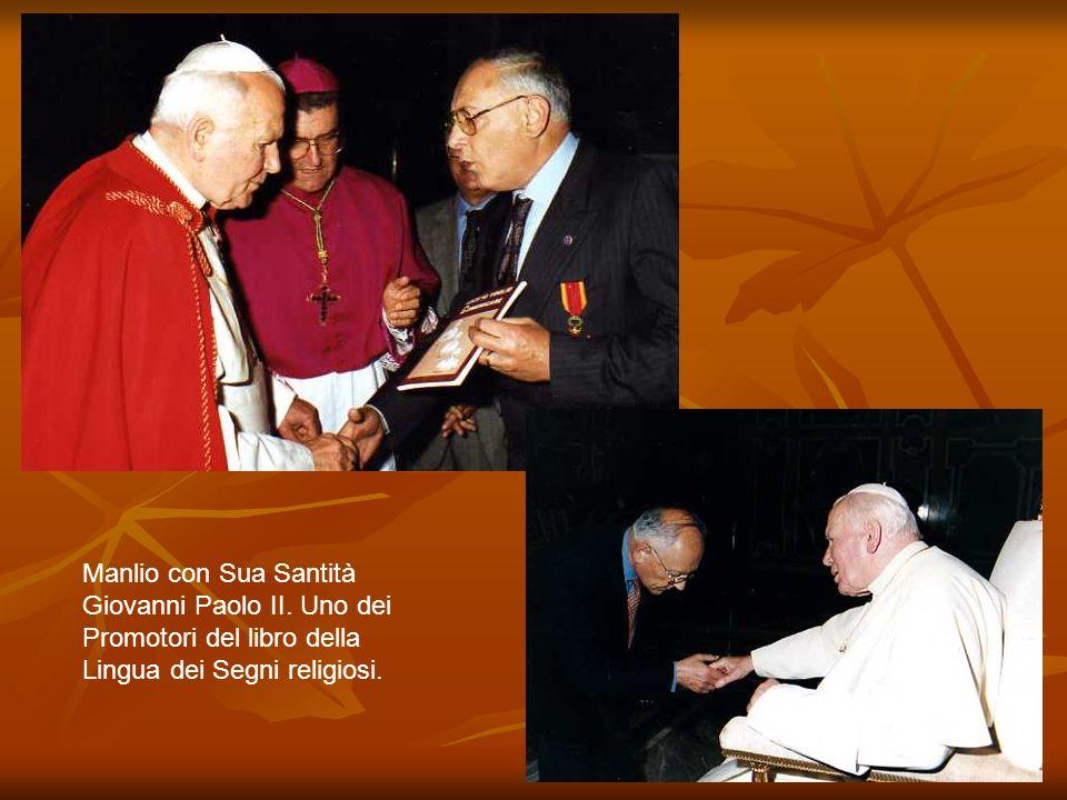 Manlio con Sua Santità Giovanni Paolo II. Uno dei Promotori del libro della Lingua dei Segni religiosi.