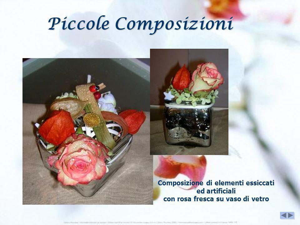 Composizione di elementi essiccati ed artificiali con rosa fresca su vaso di vetro Piccole Composizioni