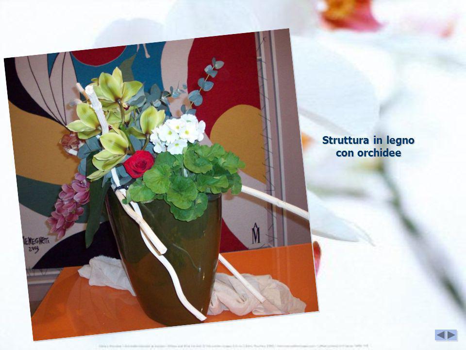 Struttura in legno con orchidee