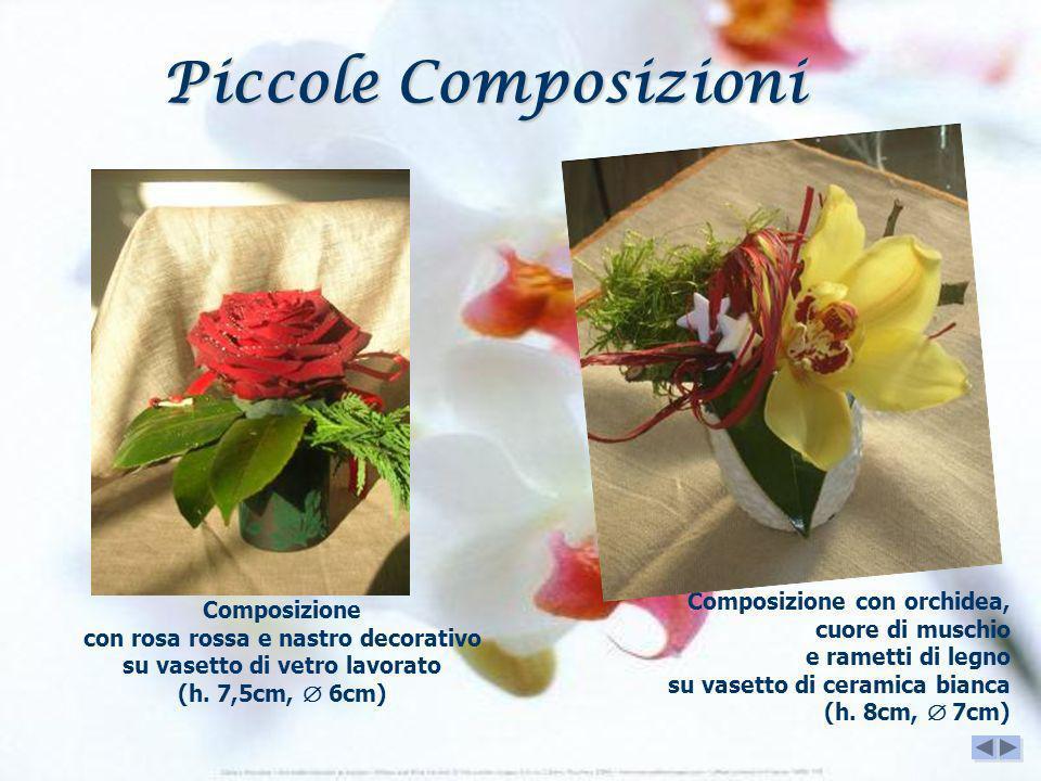 Composizione con rosa rossa e nastro decorativo su vasetto di vetro lavorato (h. 7,5cm, 6cm) Composizione con orchidea, cuore di muschio e rametti di