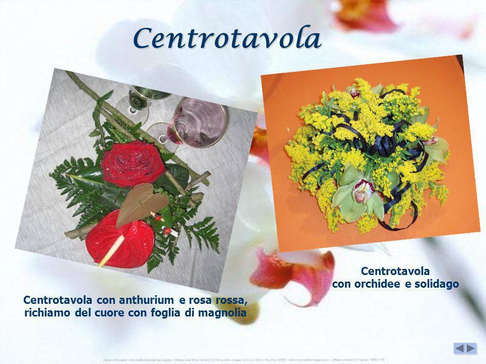 Centrotavola con anthurium e rosa rossa, richiamo del cuore con foglia di magnolia Centrotavola con orchidee e solidago Centrotavola