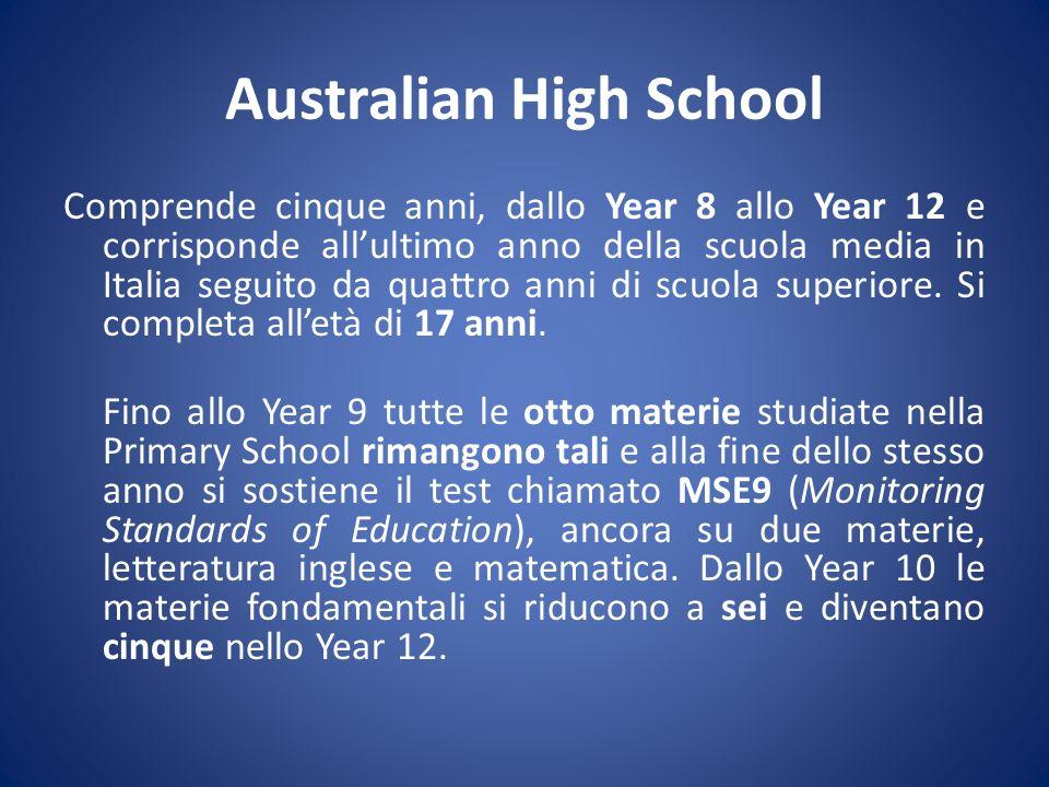 Australian High School Comprende cinque anni, dallo Year 8 allo Year 12 e corrisponde allultimo anno della scuola media in Italia seguito da quattro a