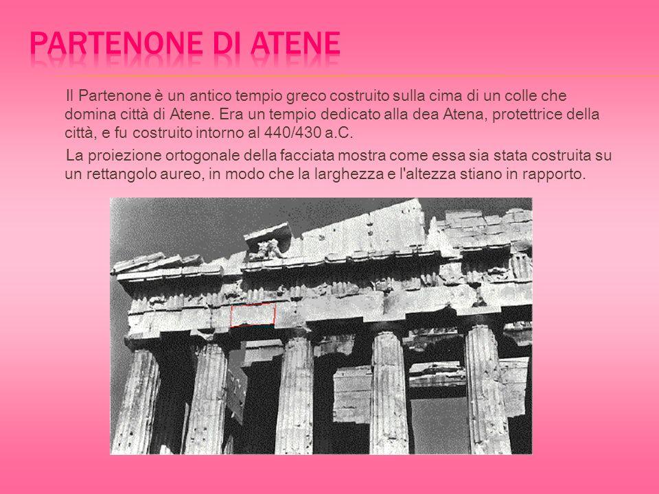 Il Partenone è un antico tempio greco costruito sulla cima di un colle che domina città di Atene.