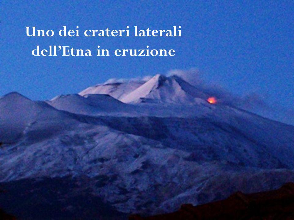 Uno dei crateri laterali dellEtna in eruzione
