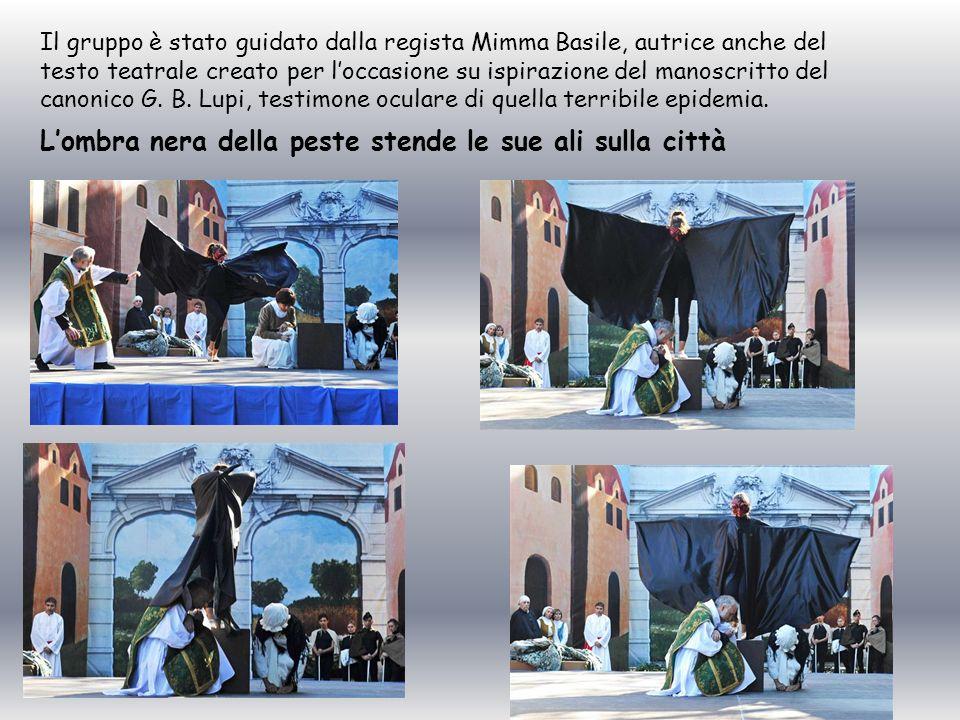 Lombra nera della peste stende le sue ali sulla città Il gruppo è stato guidato dalla regista Mimma Basile, autrice anche del testo teatrale creato pe