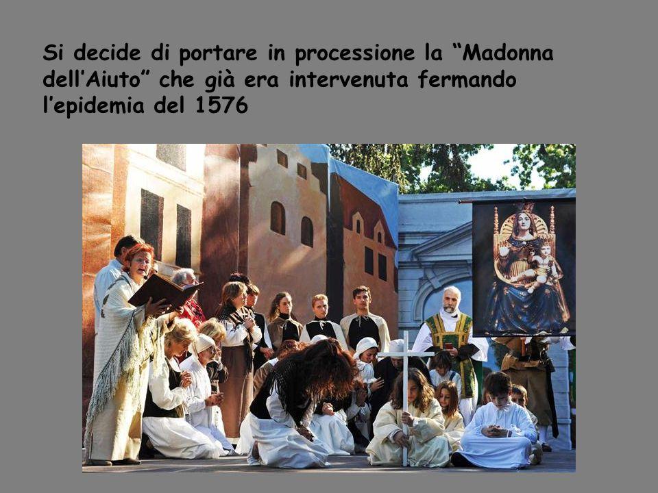 Si decide di portare in processione la Madonna dellAiuto che già era intervenuta fermando lepidemia del 1576