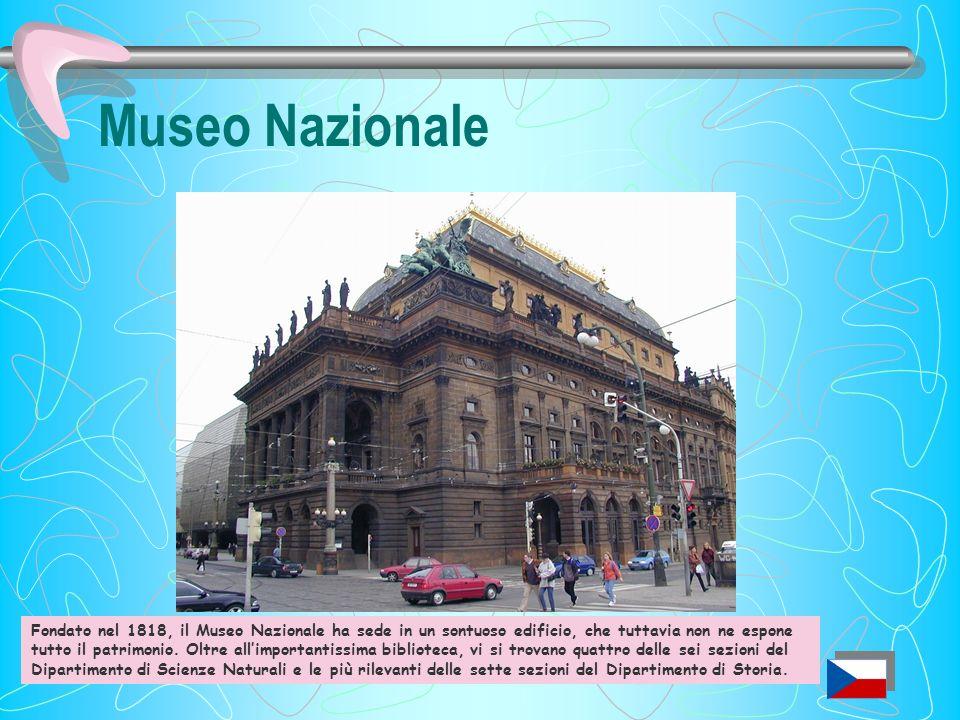 Stazione Centrale Latrio, che ricorda le basiliche romane, presenta la scritta Praga mater urbium, circondata da sculture allegoriche dedicate alle ci