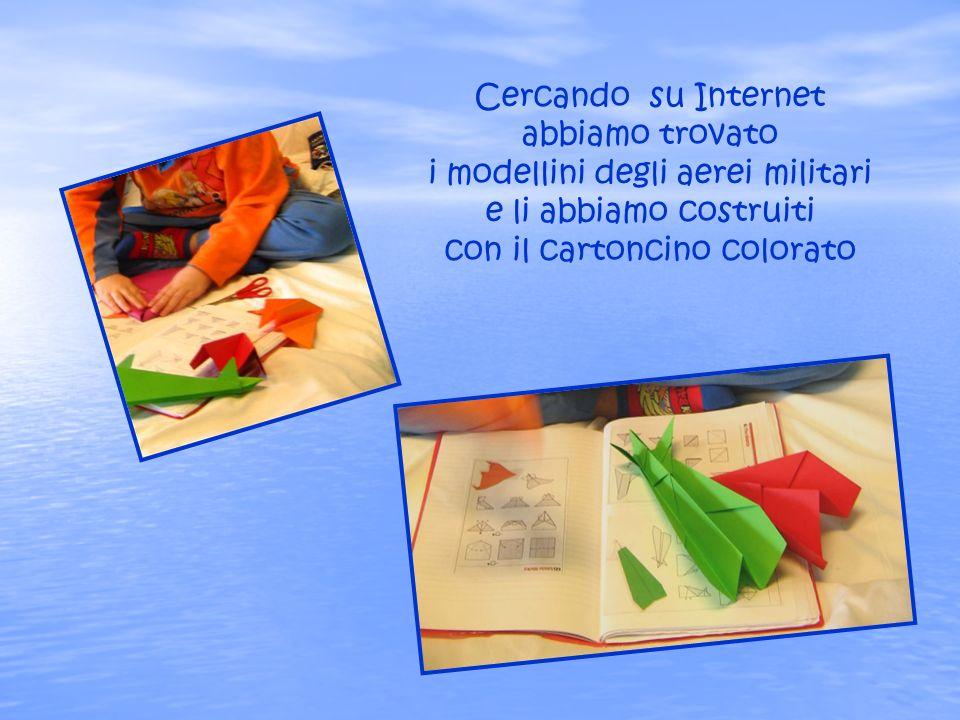 Cercando su Internet abbiamo trovato i modellini degli aerei militari e li abbiamo costruiti con il cartoncino colorato