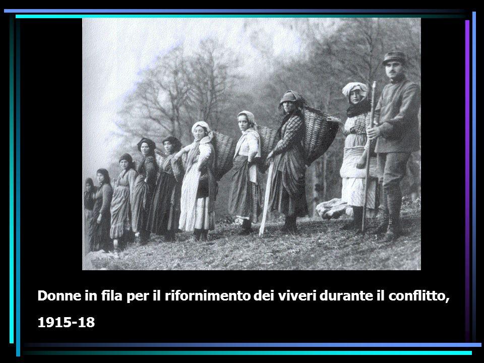 La società civile Nel corso della guerra mutarono la struttura del lavoro in fabbrica, la composizione della classe lavorativa con la massiccia presenza delle donne.