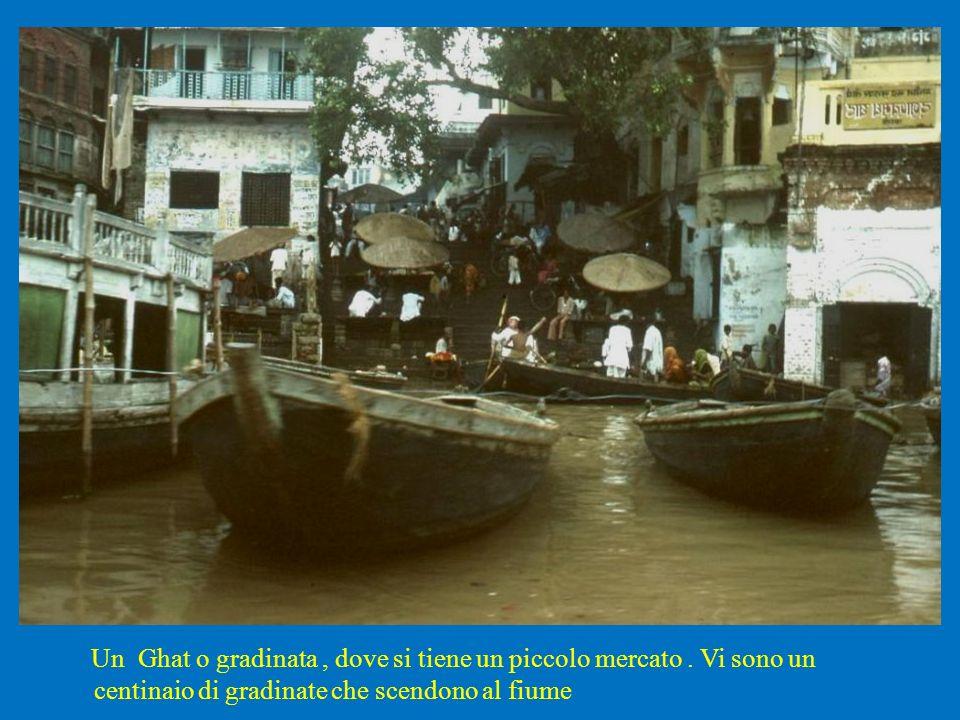 Un Ghat o gradinata, dove si tiene un piccolo mercato. Vi sono un centinaio di gradinate che scendono al fiume