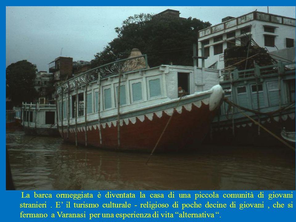 La barca ormeggiata è diventata la casa di una piccola comunità di giovani stranieri. E il turismo culturale - religioso di poche decine di giovani, c