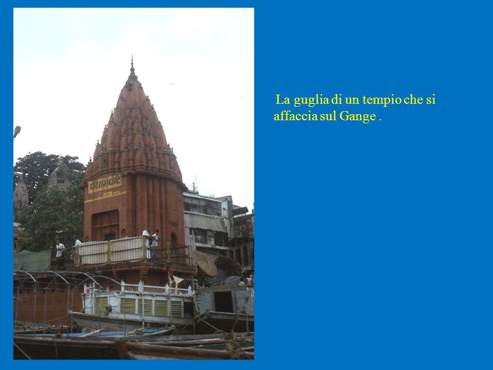 La guglia di un tempio che si affaccia sul Gange.