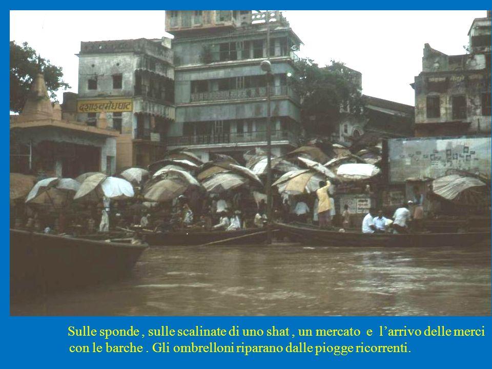Sulle sponde, sulle scalinate di uno shat, un mercato e larrivo delle merci con le barche. Gli ombrelloni riparano dalle piogge ricorrenti.