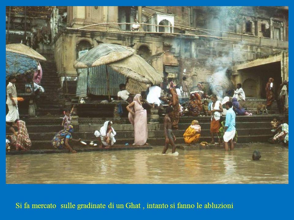 Si fa mercato sulle gradinate di un Ghat, intanto si fanno le abluzioni