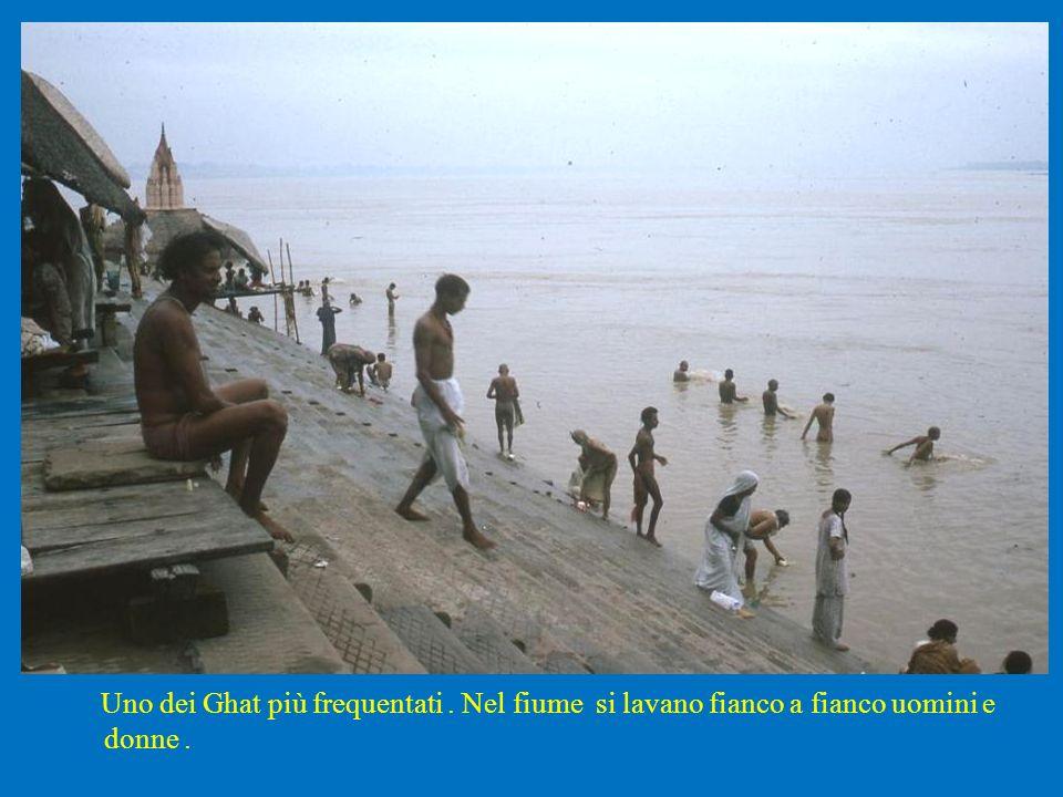 Uno dei Ghat più frequentati. Nel fiume si lavano fianco a fianco uomini e donne.