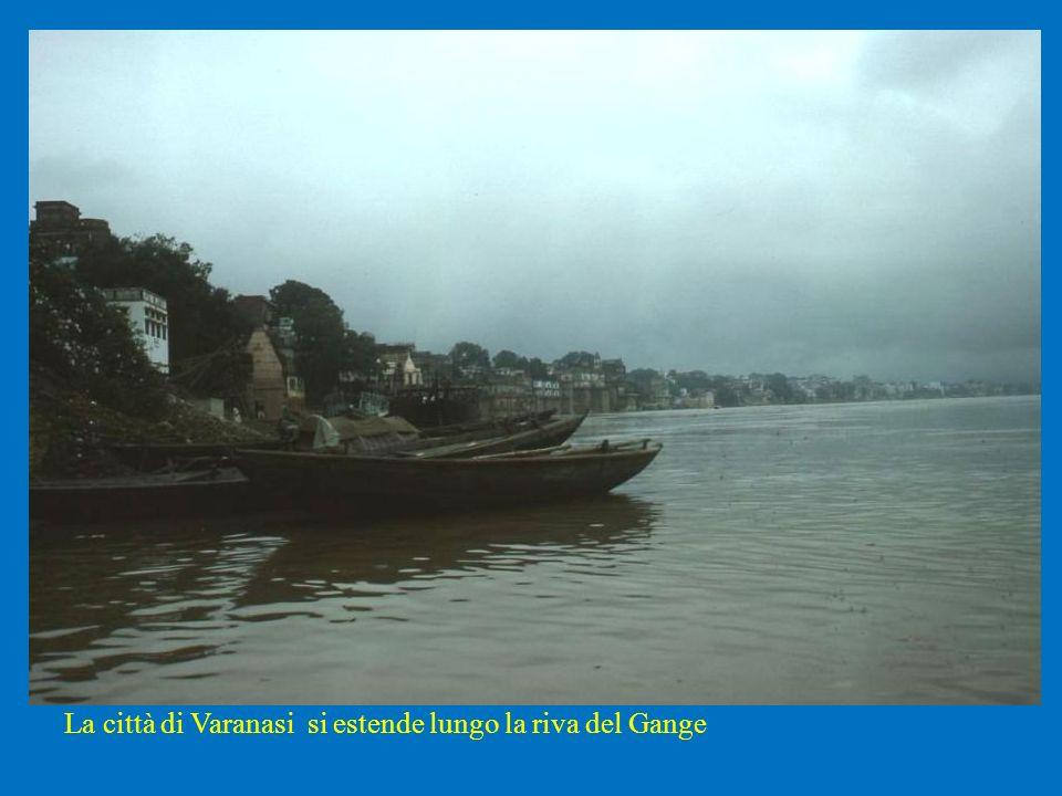 La città di Varanasi si estende lungo la riva del Gange