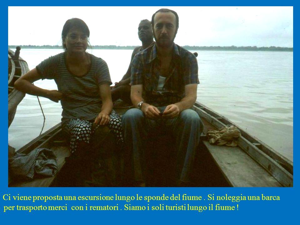 Ci viene proposta una escursione lungo le sponde del fiume. Si noleggia una barca per trasporto merci con i rematori. Siamo i soli turisti lungo il fi