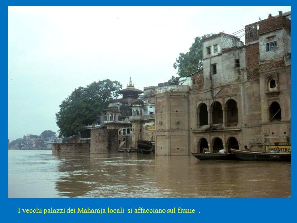 I vecchi palazzi dei Maharaja locali si affacciano sul fiume.
