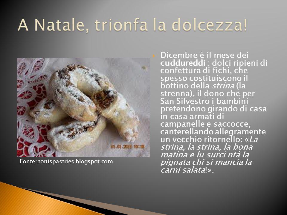 Dicembre è il mese dei cuddureddi : dolci ripieni di confettura di fichi, che spesso costituiscono il bottino della strina (la strenna), il dono che p