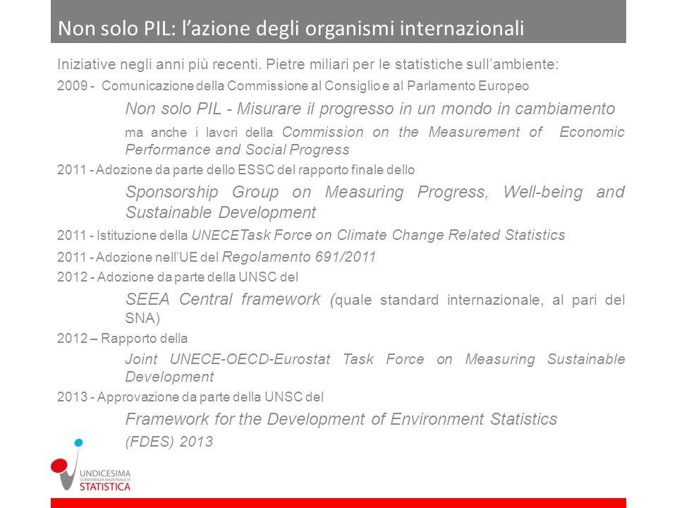 La contabilità integrata ambientale ed economica I conti satellite dellambiente, pensati fin dallinizio per supportare il dibattito sullo sviluppo sostenibile secondo un approccio di sistema, forniscono uninformazione statistica al momento più solida, nel suo insieme, rispetto ad altri dati sullambiente hanno seguito un percorso di maturazione di concetti e metodi nelle sedi internazionali (Sound Methodology) sono in linea con il SEEA, con i capitoli 29 del SNA2008 e 22 del SEC2010, e con la Strategia europea per la contabilità ambientale hanno una base legale in ambito UE: Reg 691/2011 (Mandate for Data Collection, Appropriate Statistical Procedures) Fortemente basati sul concetto di patrimonio naturale, i conti satellite dellambiente descrivono le interazioni tra economia e ambiente secondo modalità che consentono significativi collegamenti con il quadro centrale della contabilità ambientale, favorendo una lettura integrata dei fenomeni ambientali e di quelli economici ad essi correlati I dati forniti sono particolarmente idonei ad essere utilizzati allinterno di modelli di previsione su economia e ambiente