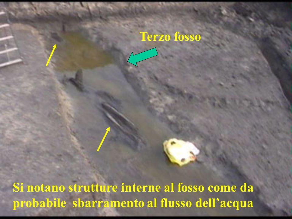 Terzo fosso Si notano strutture interne al fosso come da probabile sbarramento al flusso dellacqua