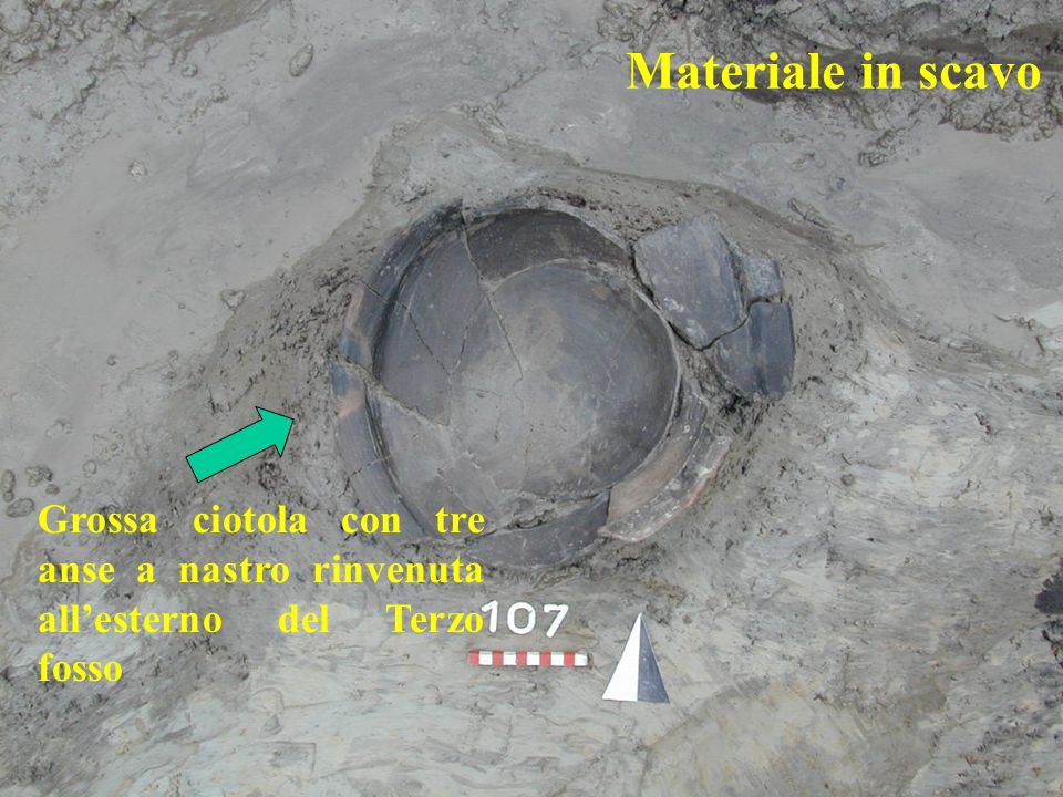 Materiale in scavo Grossa ciotola con tre anse a nastro rinvenuta allesterno del Terzo fosso