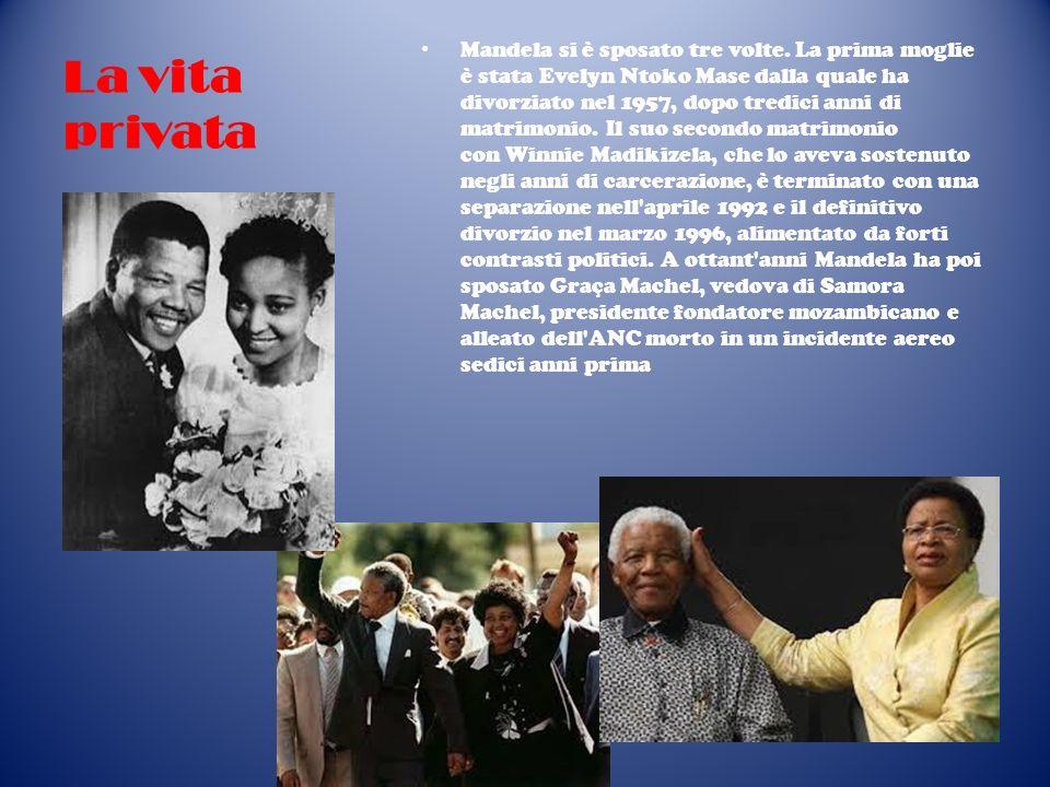 La vita privata Mandela si è sposato tre volte. La prima moglie è stata Evelyn Ntoko Mase dalla quale ha divorziato nel 1957, dopo tredici anni di mat