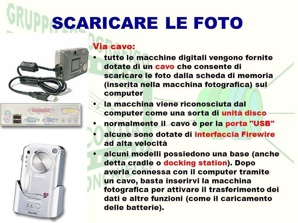 SCARICARE LE FOTO Via cavo: tutte le macchine digitali vengono fornite dotate di un cavo che consente di scaricare le foto dalla scheda di memoria (in