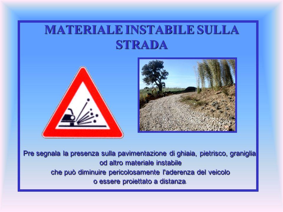 MATERIALE INSTABILE SULLA STRADA Pre segnala la presenza sulla pavimentazione di ghiaia, pietrisco, graniglia, od altro materiale instabile che può di