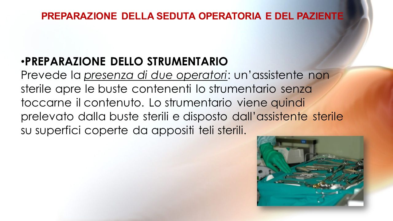 PREPARAZIONE DELLO STRUMENTARIO Prevede la presenza di due operatori: unassistente non sterile apre le buste contenenti lo strumentario senza toccarne il contenuto.