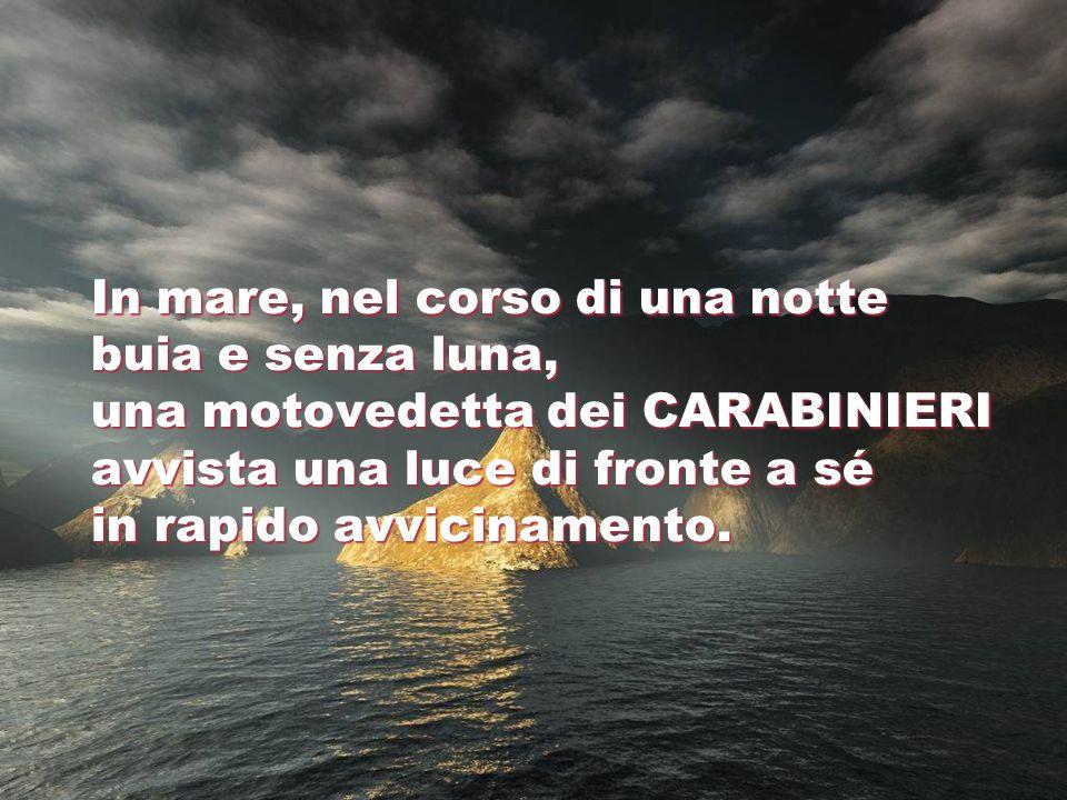 In mare, nel corso di una notte buia e senza luna, una motovedetta dei CARABINIERI avvista una luce di fronte a sé in rapido avvicinamento.