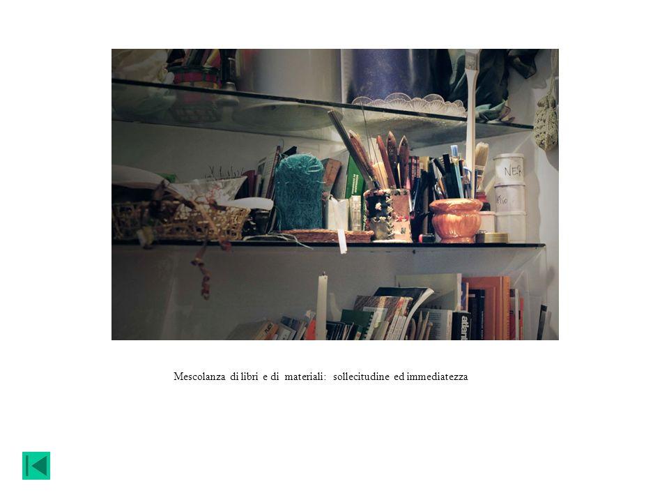 Mescolanza di libri e di materiali: sollecitudine ed immediatezza
