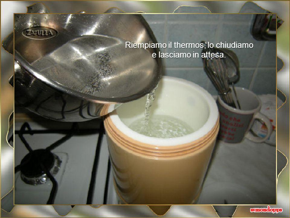 Scaldiamo lacqua per preriscaldare il thermos; la portiamo a 45 gradi. Senza termometro ci si potrà regolare facilmente: 45° è poco più della temperat