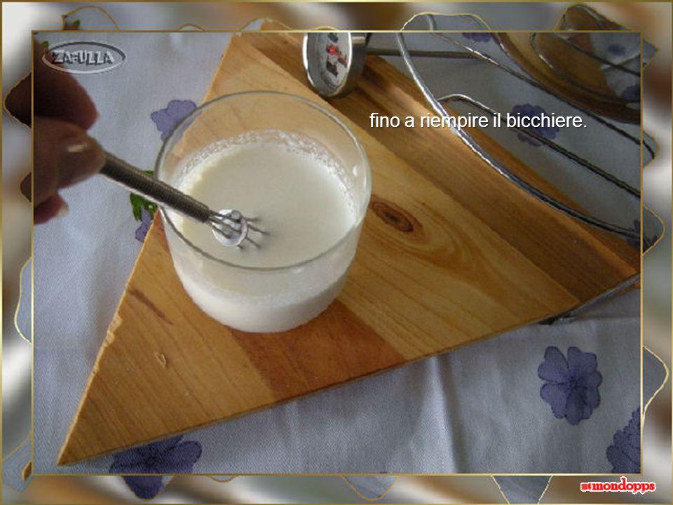 Ora diluiamo lo yogurt che farà da starter aggiungendo un cucchiaio di latte tiepido, mescoliamo e così via: un cucchiaio alla volta