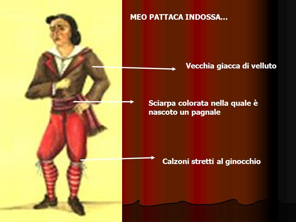 Calzoni stretti al ginocchio Vecchia giacca di velluto Sciarpa colorata nella quale è nascoto un pagnale MEO PATTACA INDOSSA...