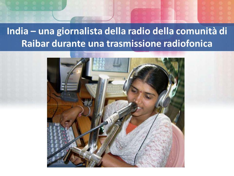 India – una giornalista della radio della comunità di Raibar durante una trasmissione radiofonica