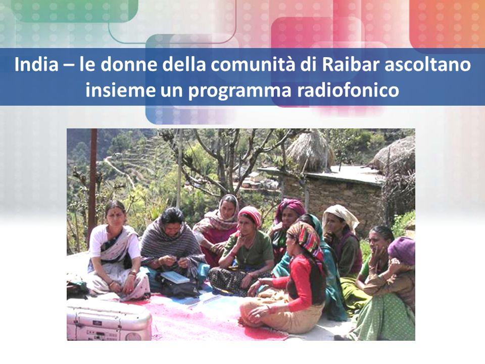 India – le donne della comunità di Raibar ascoltano insieme un programma radiofonico
